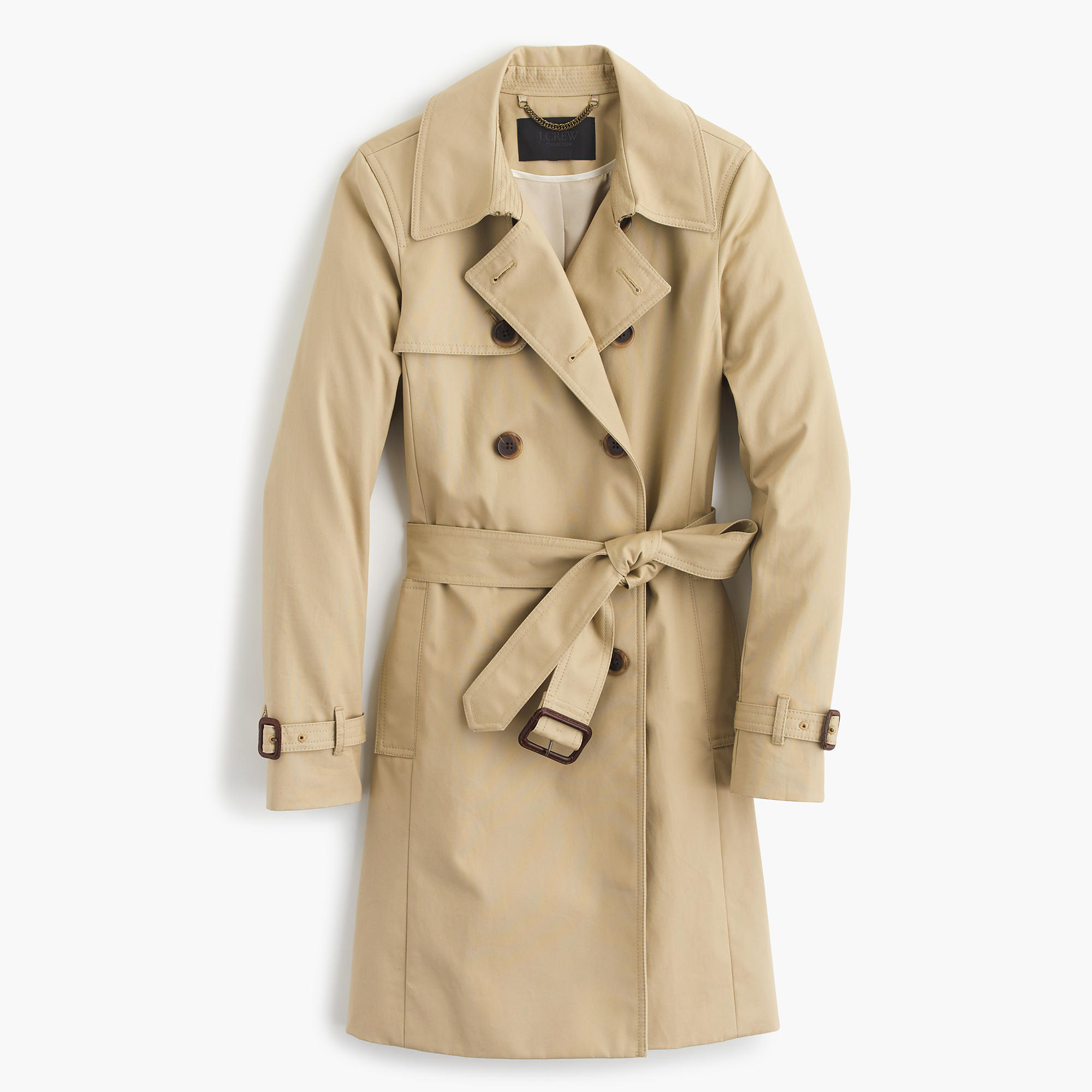 To get a casual, daytime look, you can wear a beige coat with denim 10mins.ml that at this time of year we usually wear a thick coat because of the cold, it is best to go for skinny jeans with a brightly coloured blouse to add a dash of colour to your look.