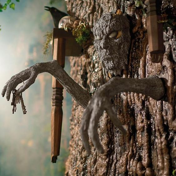 13 scary outdoor halloween decorations yard decorations for Decoration qui fait peur
